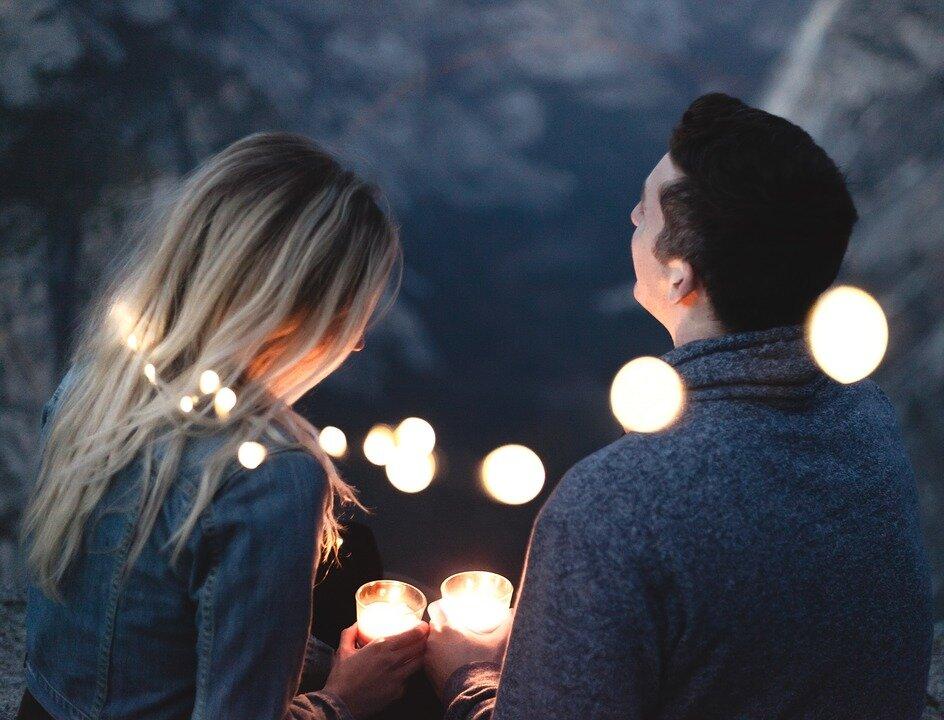 Чолові і дівчина на побаченні