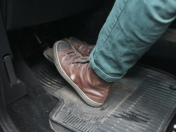 Потрібно тримати ногу на педалі зчеплення при їзді? Відповідь автоинструктора.