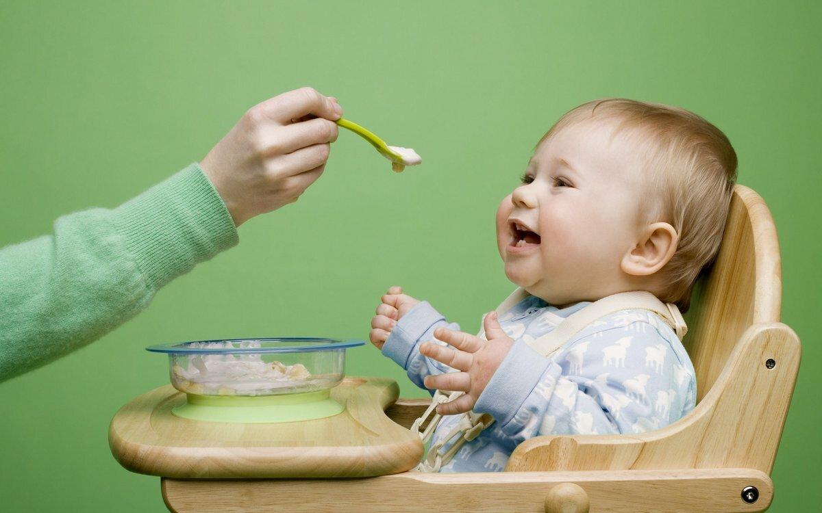 Як правильно годувати маленьку дитину?