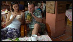 чоловік п'є эананасовий сік перед побаченням